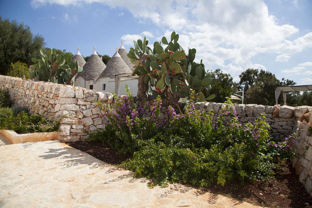Borgo Canonica Trulli Giardini muretti a secco Puglia
