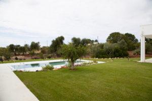 Giardino Villa con prato e piscina Ostuni #2